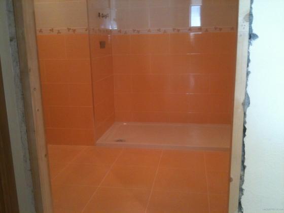 baño con azulejo en dos tonos en 20X40cm