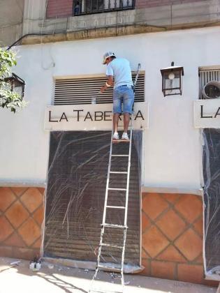 pintando fachada de un bar