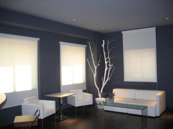 Decoración en color en salón de conferencias