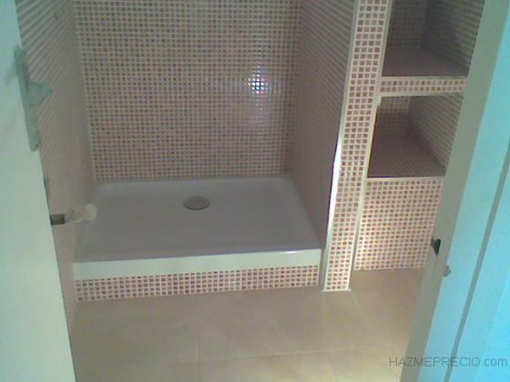 Instalacion de plato de ducha con estanterias de obra.