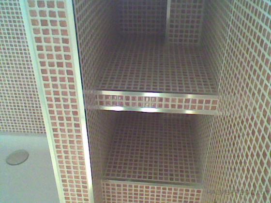 Detalle de estanterias de obra en ducha.
