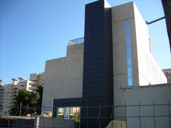 Aplicado de fachada de piedra caliza-moca. Edificio Turoperadores en San Juan