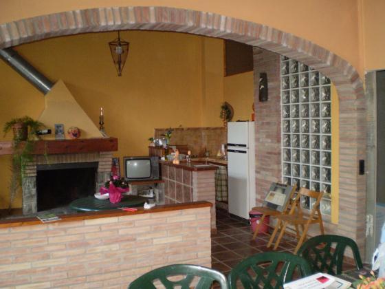 Sala amb llar de foc i cuina