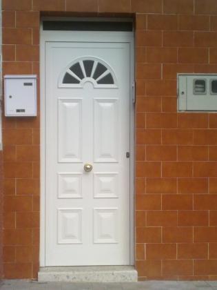 Ref 001.  Puerta panel con cristal en arco