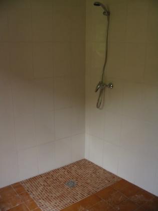 Cabina de ducha con azulejos en las paredes