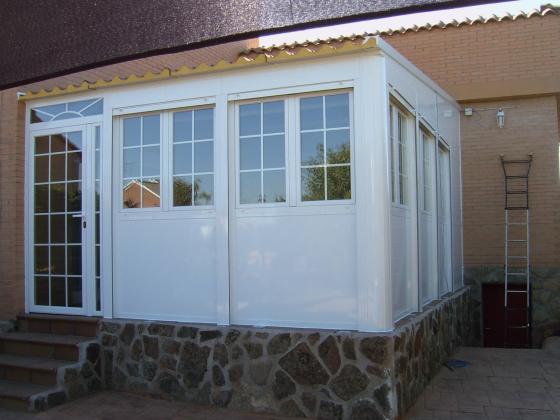 Porche con techo en panel imitación teja.