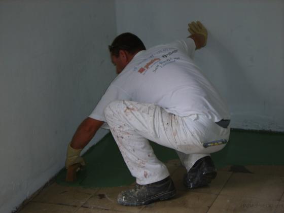 Aplicación de pintura autonivelante para suelos industriales