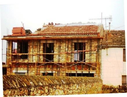 Construcción decasa  en Pedraza Segovia en proceso 2008 de piedra caliza y teja segoviana.