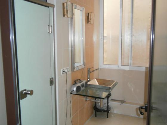 Baño de Oficinas con Cabinas Fenolicas