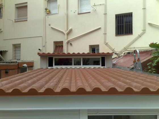 cerramiento de patio con techo sanwich imitación teja