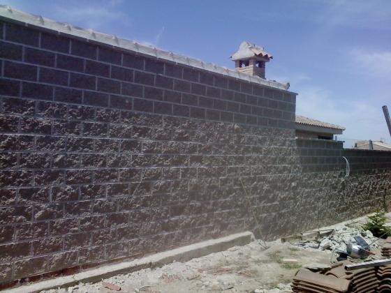 muro perimetral de bloques split roguroso color crema