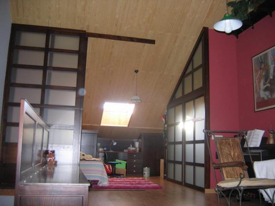 cerramiento de madera y cristal, con puerta para baño y otro para separar ambientes