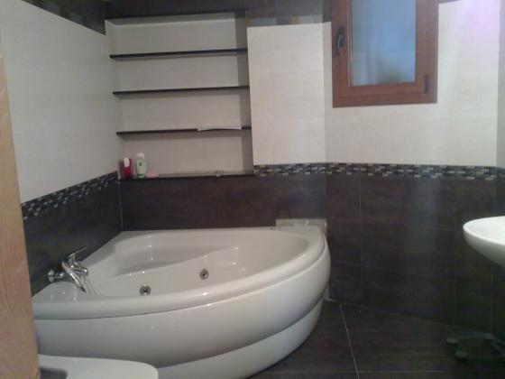 Construcción de baño con bañera hidromasaje