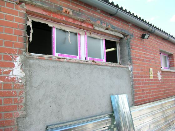 despues cerramiento con bloque, enfoscado y ventana
