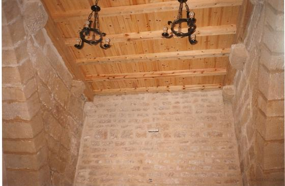 Restauración de local, dejando la piedra vista y colocando techo de madera