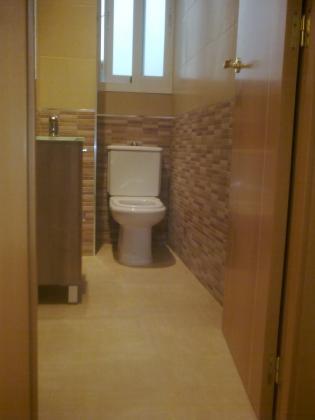 Reforma integral de aseo con ampliacion de espacio para colocacion de plato de ducha con mampara