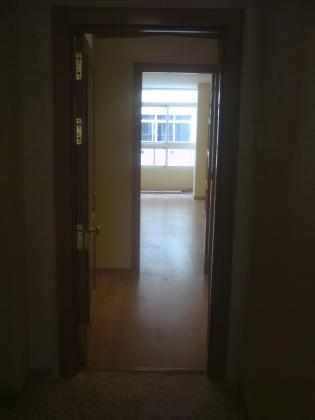 Colocacion de puertas de madera interiores y aplicacion de pintura.
