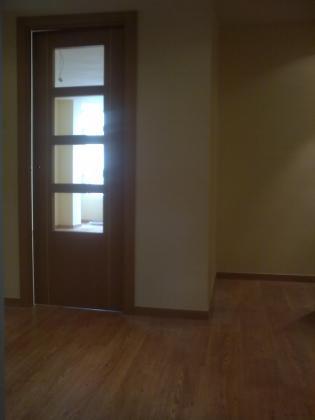 Detalles de pintura, alisado de paredes y montaje de puertas interiores con cristales en el salon.