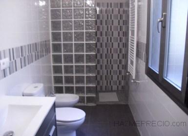 Baño con ducha de hidromasaje.