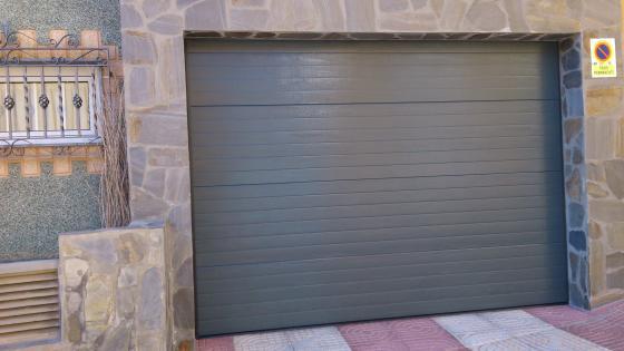 Puerta seccional acanalada color gris automatizada.
