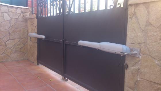 Instalación de kit de automatizacion para puerta de dos hojas.