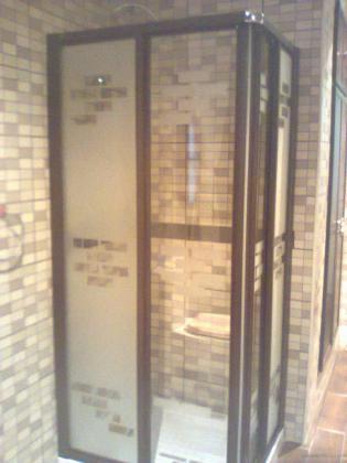Mampara de ducha con perfil nogal y cristal decorado