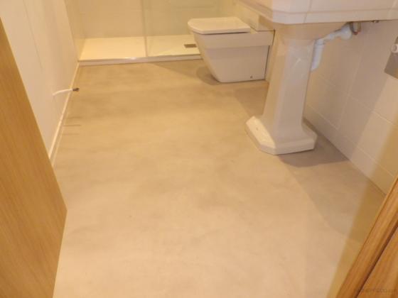 microcemento en suelo de lavabo
