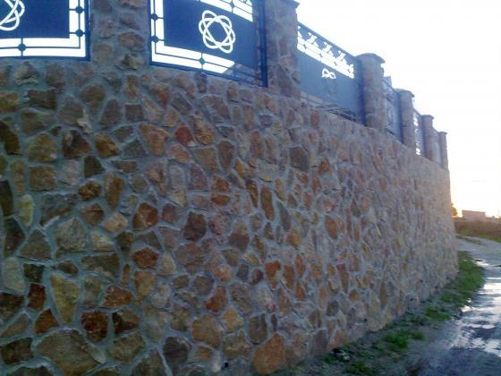 muro chapado con piedra