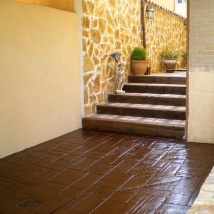 Solado hormigon impreso,chapado con piedra,escalones don vigas de madera y baldosas