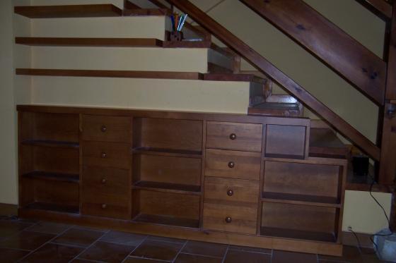 Mueble en ángulo de escalera con baldas