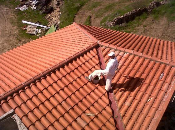 En Grupo Valcan Verticales realizamos reparación inmediata de goteras, montaje y reparación de canalones exteriores. Trabajamos sobre cualquier tipo de tejas, impermeabilizaciones de cubiertas , patios interiores, terrazas,etc …Precios muy económicos ya que al no utilizar andamios abarata su presupuesto.