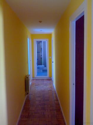 Antiguamente pintado en color granate, fondeado todo en blanco, tapadas grietas y faltas, lijado de todas las paredes y acabado de calidad en color amarillo