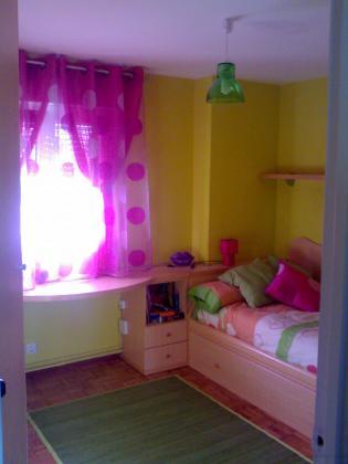 Antiguamente pintada en color naranja, paredes tratadas con productos anti-moho (muy abundantes en zona bajo ventana), tapadas griestas y faltas y acabado final en color verde limón
