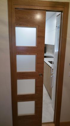 Alicatado con azulejo y solado con pavimento gres porcelanico, con puerta corredera en casoneto