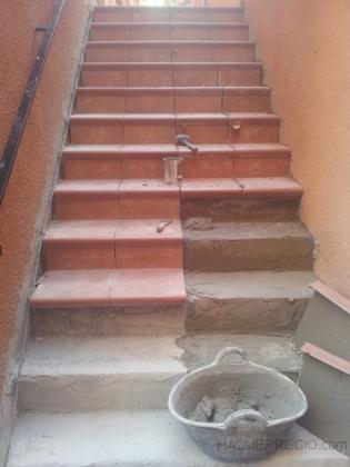 Cambiar suelos para arreglar humedades de pasillos en - Escaleras de gres ...