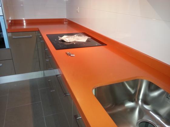 encimera colocada en l en silistone naranja cool en cm de grosor e inglrtada a