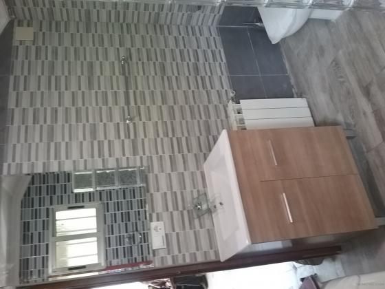 Colocación de azulejo, mueble de lavabo, grifo en cascada.