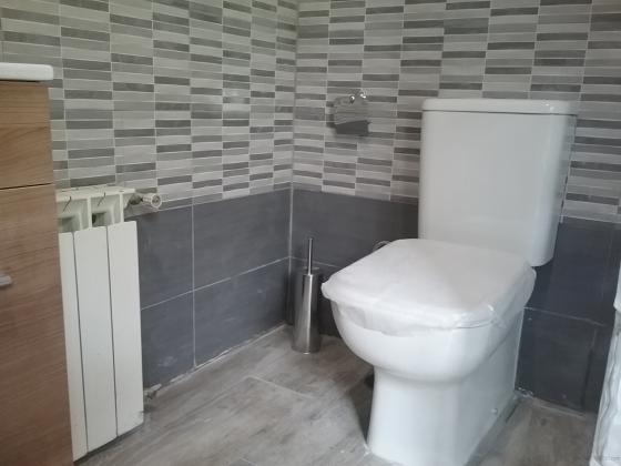 Sanitarios empotrados a pared, mueble de lavabo, con griferias, espejo, columna hidromasaje