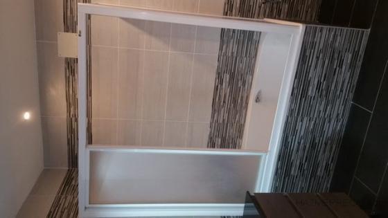 colocación de bañera y recolocación de mampara existe.
