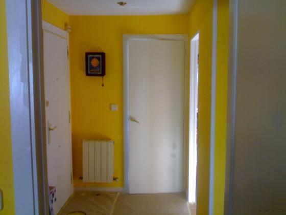 Paredes tratadas con el mismo sistema que en las habitaciones y acabado final en color amarillo