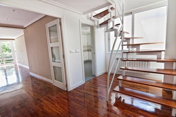 hallo de entrada al saln y escalera de subida planta arriba