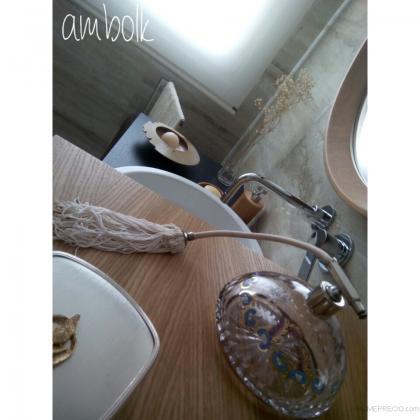 Encimera de madera natural, remate la parte superior del conjunto de muebles de baño.
