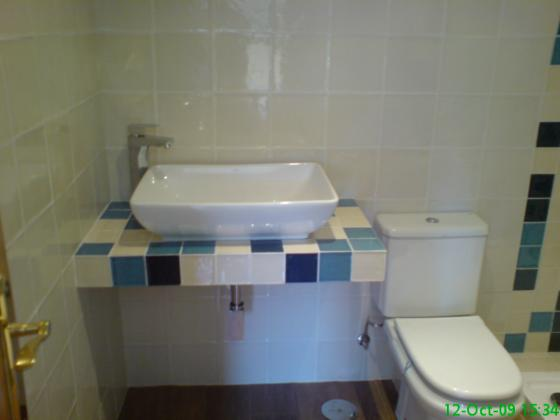 Un ba o muy bonito linea moderna con encimera y mueble de - Muebles de obra para banos ...