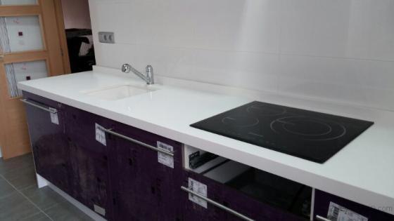 Bancada de cocina en vivienda torrente montserrat for Cocinas color berenjena
