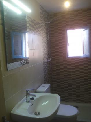A petición del cliente se coloca un lavabo de pie con espejo de pared.