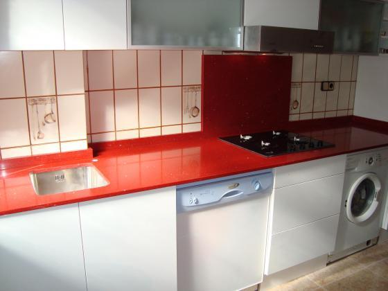 Bancada de cocina en silestone rojo estelar valencia for Cocina con vitroceramica