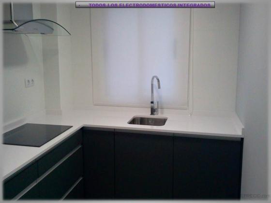 Baño Suelo Gris Pared Blanca:en paredes como en suelo y optamos por un mobiliario en un color gris