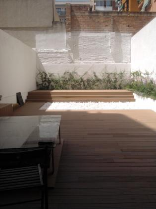 Dise o de patios exteriores sant feliu de llobregat for Jardineria exterior con guijarros