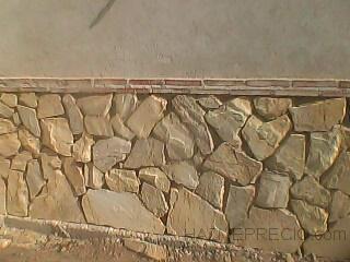 un muro de ladrillo tosco y luego poner piedra iregular rustica blanca