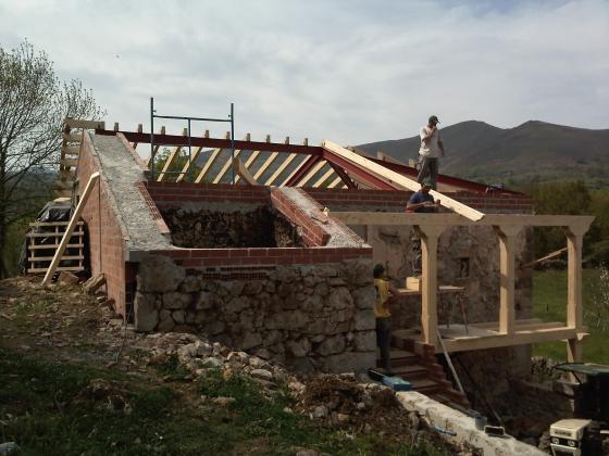 Rehabilitacion completa cuadra pajar en grado grado for Imagenes de tejados de madera